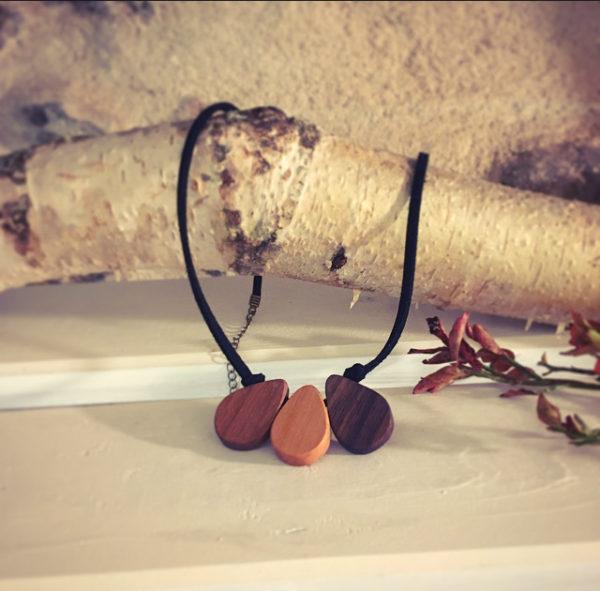 collier en bois 3 gouttes en merisier et noyer