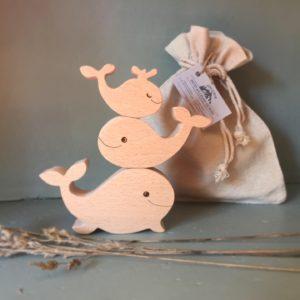 jeu de manipulation avec 3 petites baleines en bois