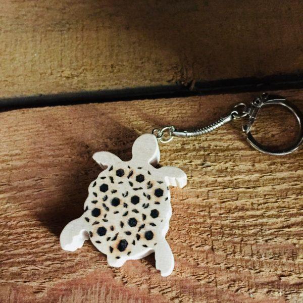 porte-clés tortue pyrogravé en hêtre