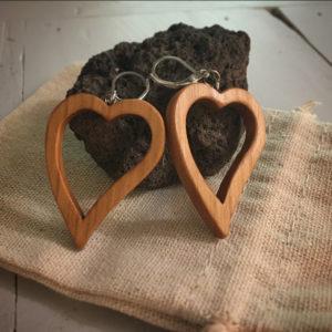 Boucles d'oreilles en forme de coeur évidé en merisier huilé