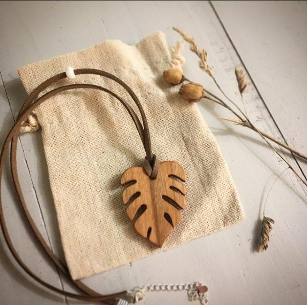 collier en merisier avec pendentif en forme de feuille exotique